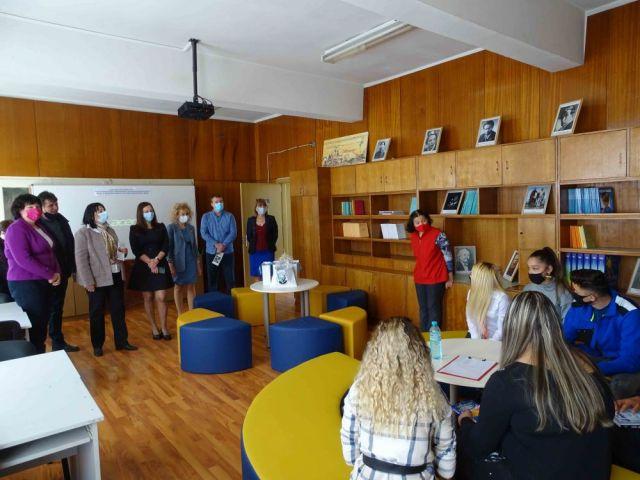 """Заместник-министърът г-жа Таня Михайлова посети обновената училищна библиотека  в ПГТО """"Добри Желязков"""" – гр. Сливен"""