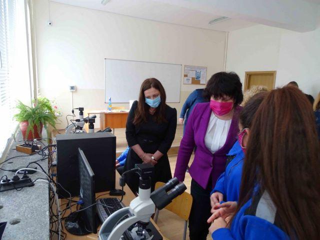 """Заместник-министърът г-жа Таня Михайлова откри физична лаборатория в ПГТО """"Добри Желязков"""" – гр. Сливен"""