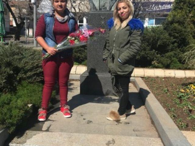 """Клуб """"Млади възрожденци"""" при ПГТО поднесоха цветя"""